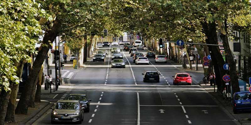 auto-verkehr-stadt-allee.jpg