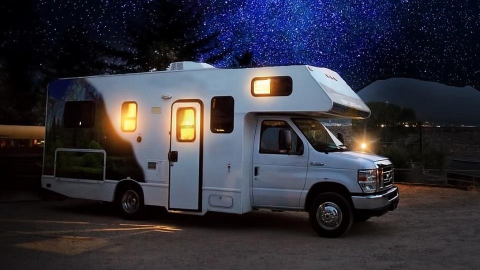 wohnwagen-himmelzelt-nacht.jpg