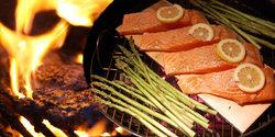 holzkohle-kugel-grill-lachs-buchenholz-spargel.jpg